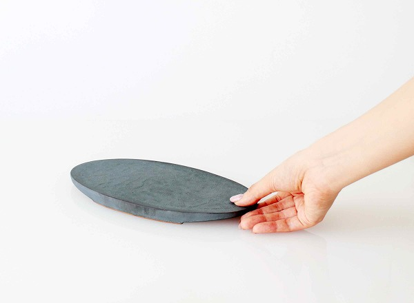 安田瓦特有の凹凸の表面はグリップ性があって掴みやすい